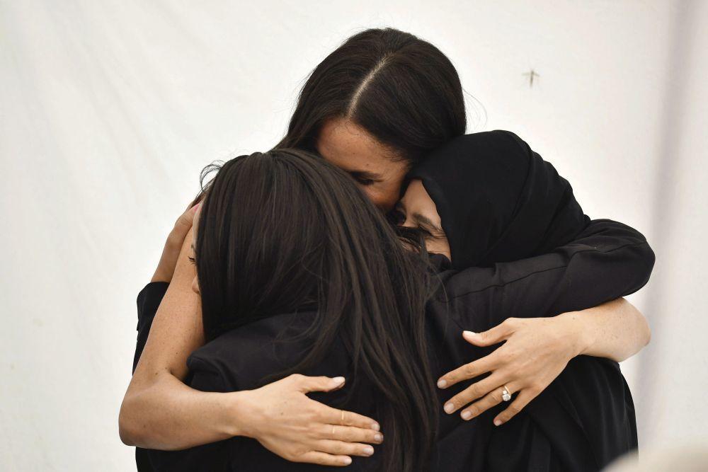 Meghan Markle abrazada a dos de las mujeres del comedor social Hubb.