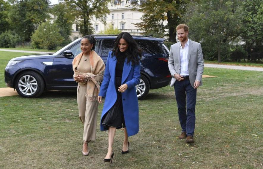 Meghan Markle junto a su madre y el príncipe Harry.