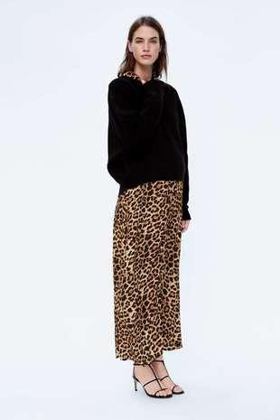 Jersey de punto (25,95 euros) y vestido de animal print (39,95 euros).