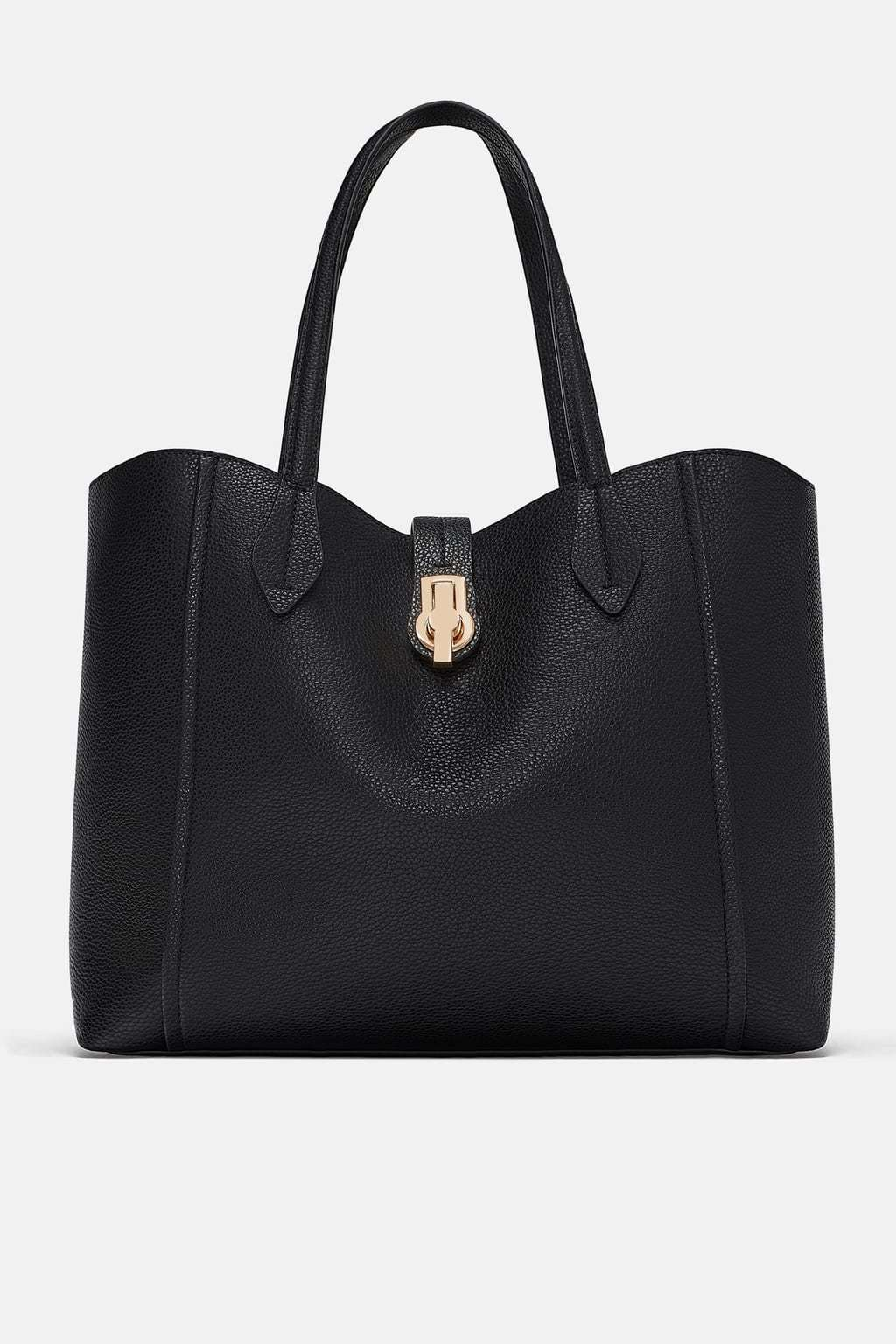 Bolso negro, de Zara (25,95 euros).