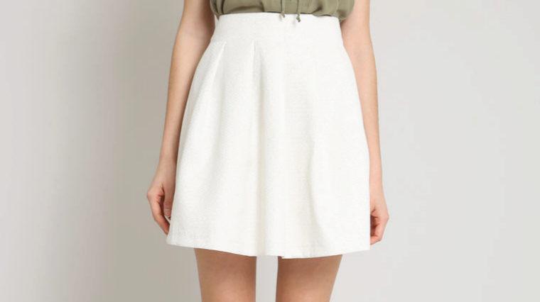 Falda blanca, de Pimkie (6 euros).