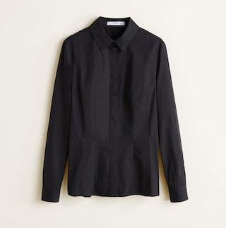 Camisa negra, de Mango (25,95 euros).