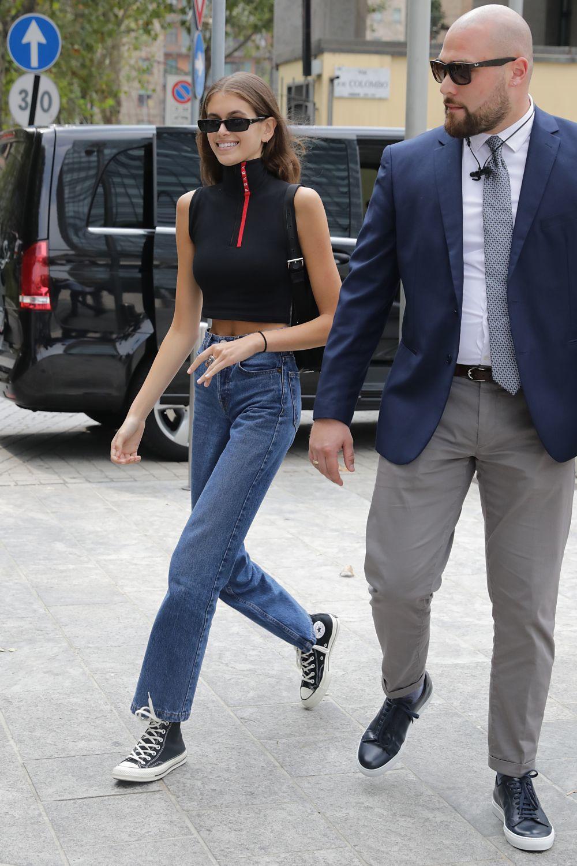 Kaia Gerber paseando recientemente por las calles de Milán.