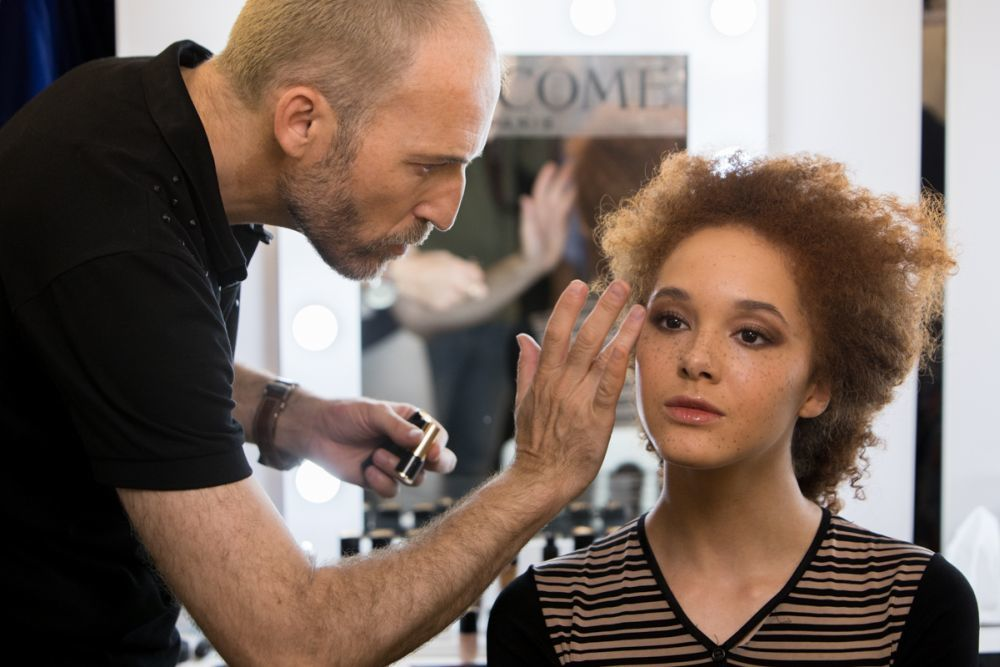 Roberto Siguero, national make up artist de Lancôme maquillando a...