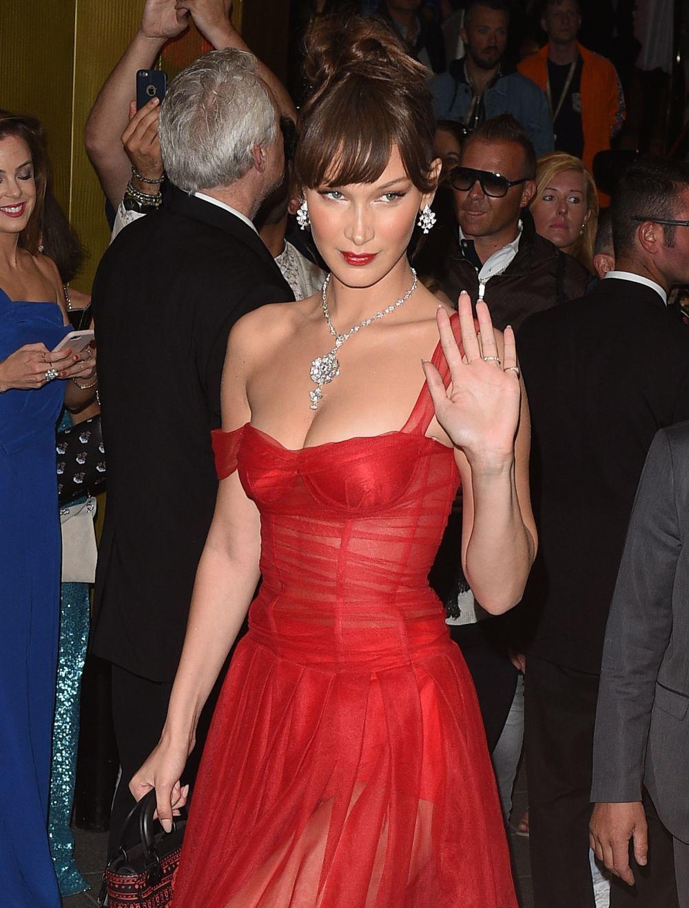 Bella Hadid de piel clara y ojos claros, luciendo Dior Addict Lacquer...