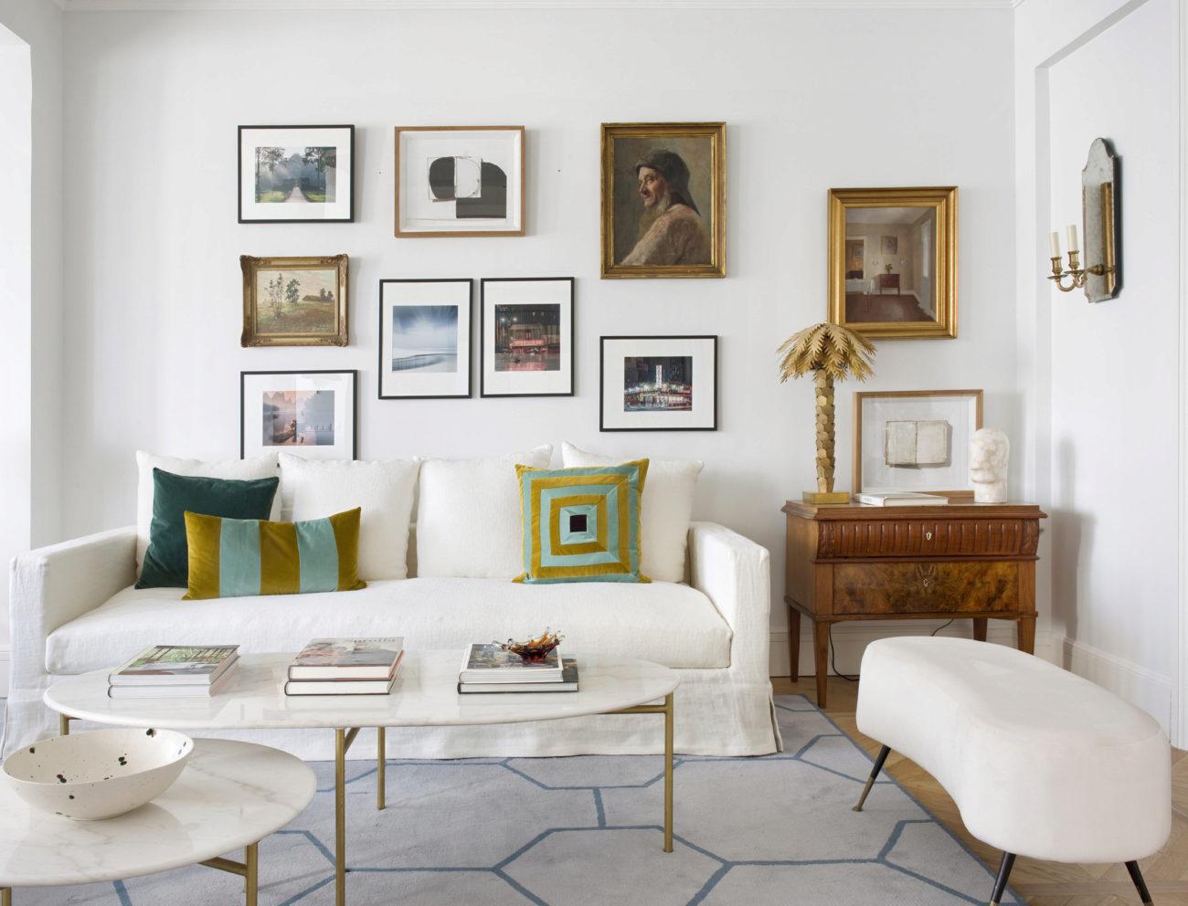 En el salón, sofá de Piet de BLASCO Y BLASCO, con almohadones de RUE...
