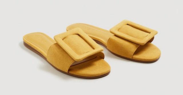 Sandalias planas mostaza, de Mango (19,99 euros).