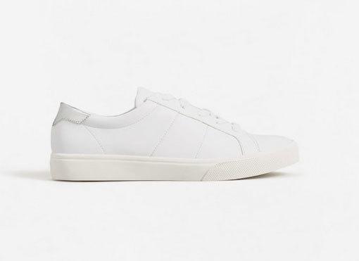 Sneakers blancas, de Mango Outlet (17,99 euros).