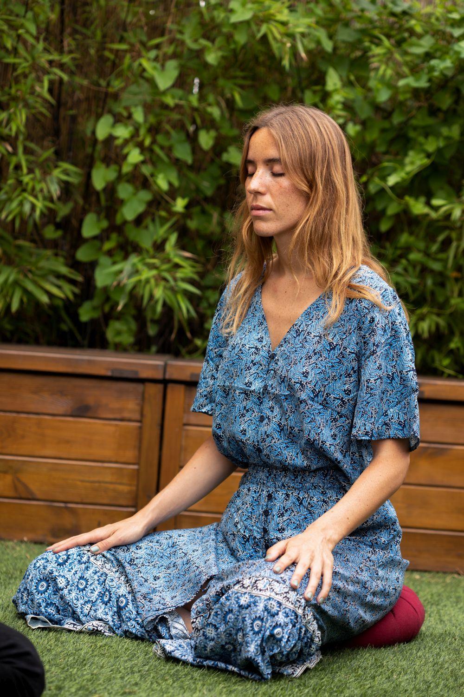 Nuria Val concentrada en su sesión de meditación mindfulness.