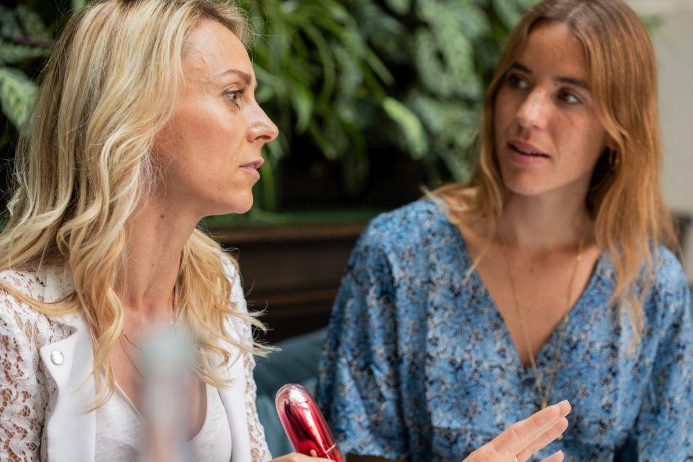 Nathalie Broussard conversando junto a Nuria Val acerca de los activos...