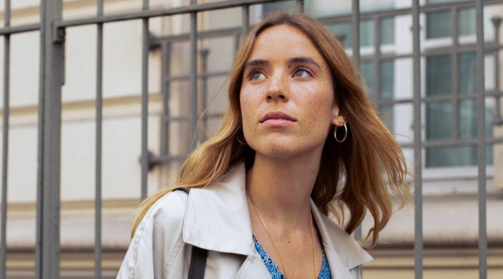 Nuria Val en las calles de París en plena experiencia wellness.