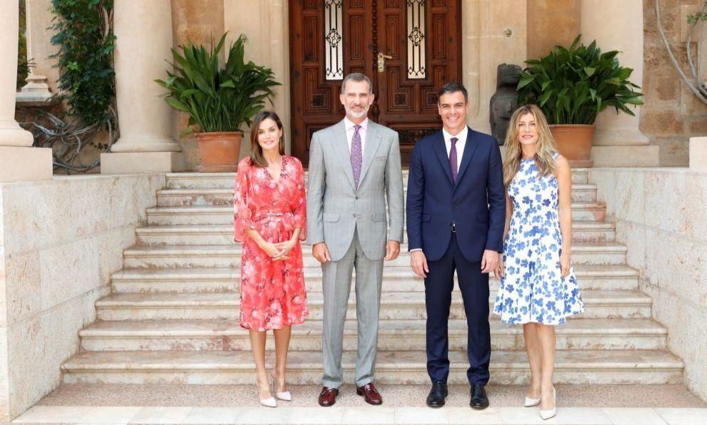 La Reina Letizia y el Rey Felipe VI posan en el palacio de Marivent...
