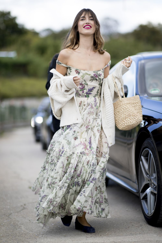 Jeanne Damas con vestido de flores, bailarinas y cesta de mimbre.