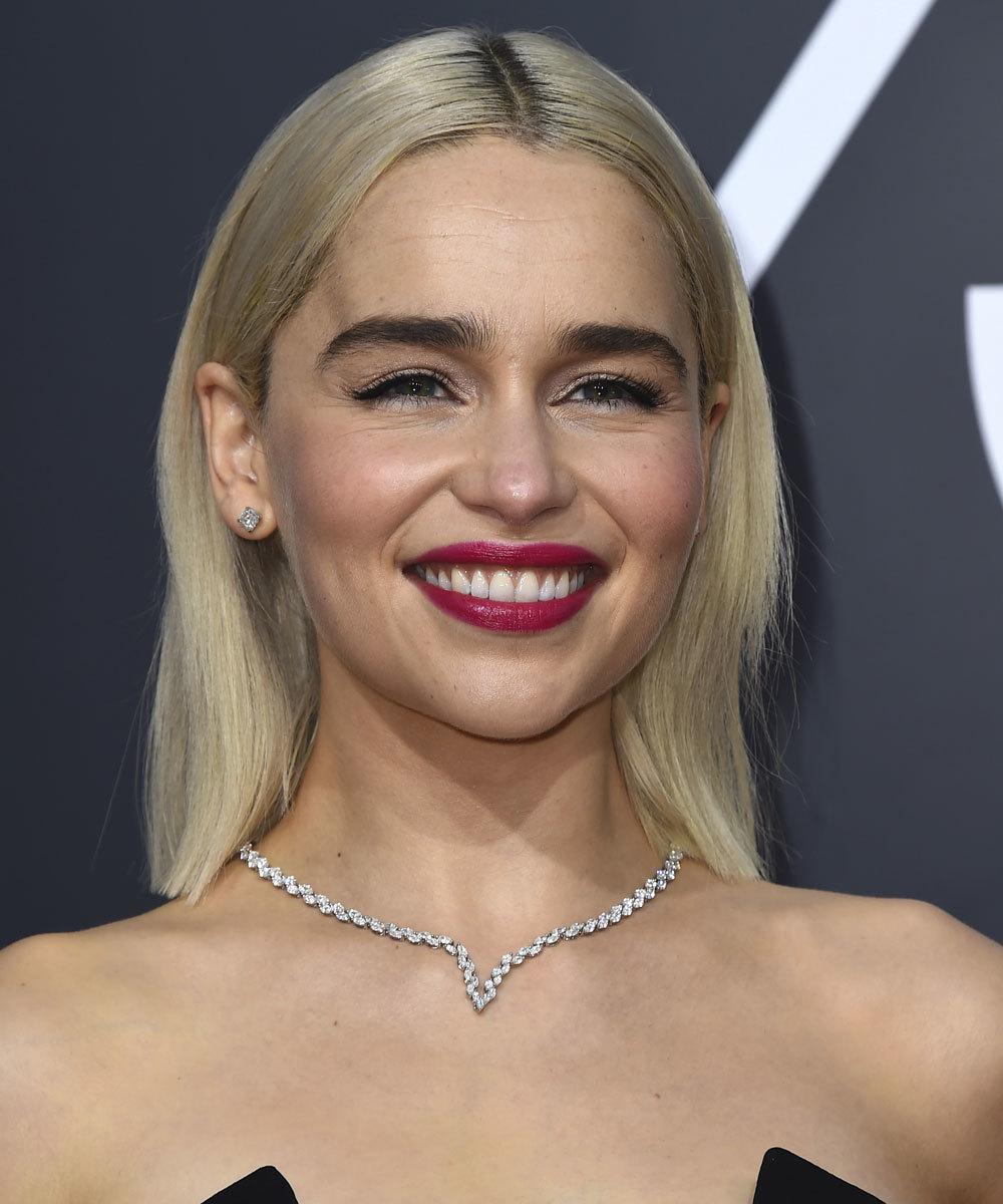 Emilia Clarke con su melena a la altura de los hombros en la pasada...