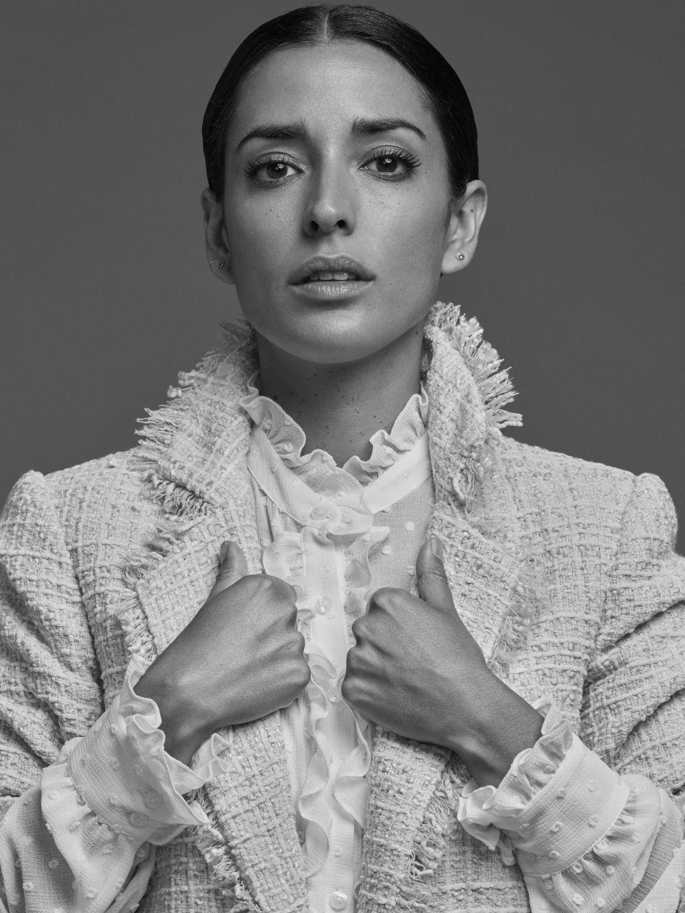 Inma Cuesta  con abrigo desflecado y blusa de plumeti y volantes. Todo...