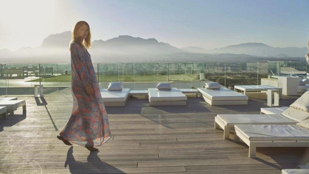 Sofía en una terraza del Sha Wellness Clinic con caftán estampado de...