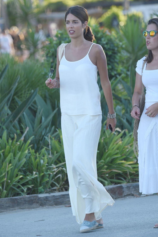 Sofía Palazuelo con un favorecedor conjunto blanco y calzado de...