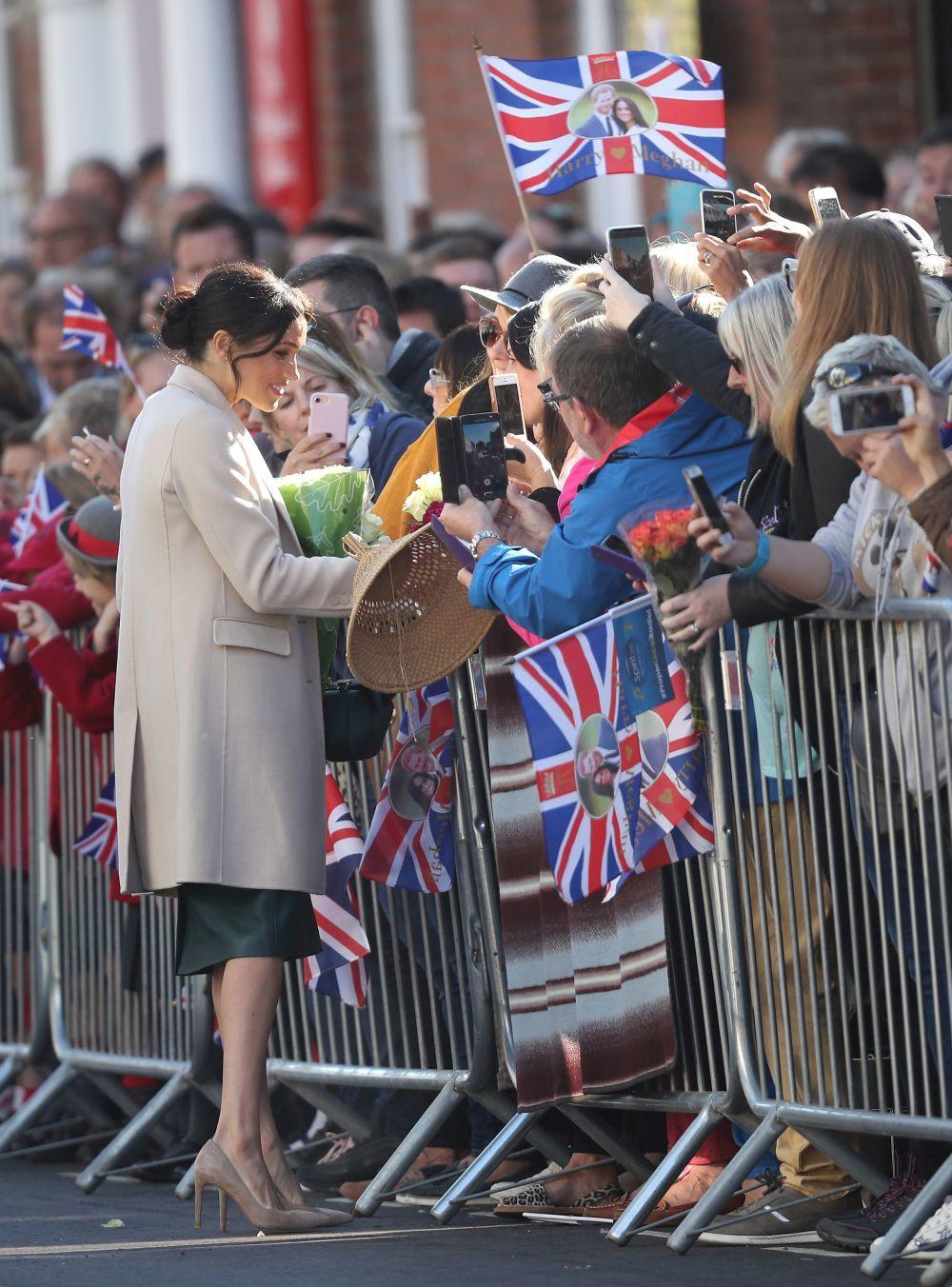 La Duquesa de Sussex saludando a sus seguidores.