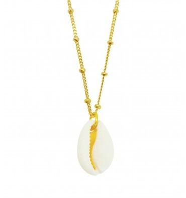 Collar medalla con concha de Eleonor de casanovas , (32 euros).