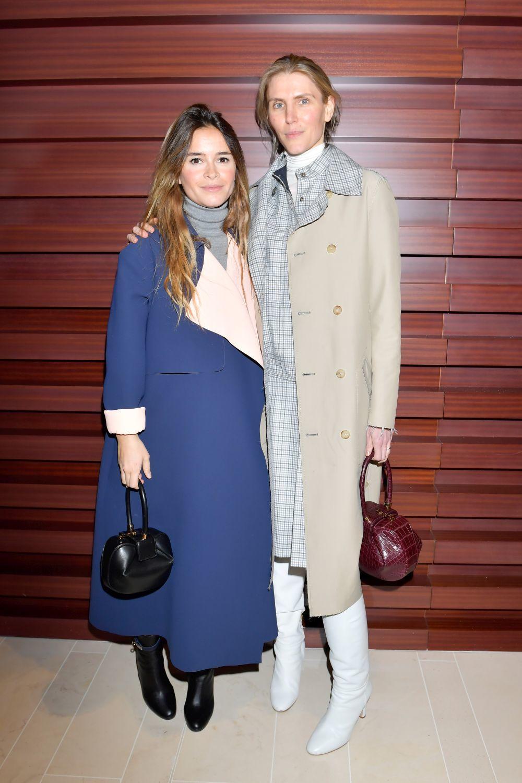 La diseñadora Gabriela Hearst junto a Miroslava Duma, una de sus más...