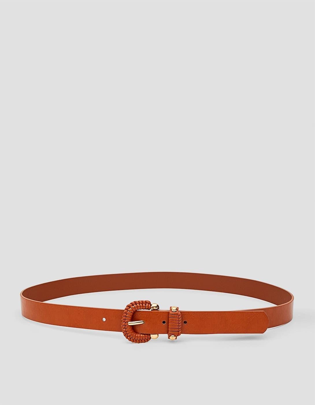 Cinturón hebilla trenzada de Stradivarius (7,99 euros)