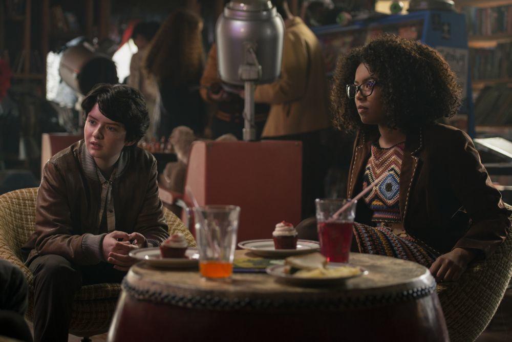 Rosalind Walker (Jaz Sinclair) y Susie Putnam (Lachlan Watson)