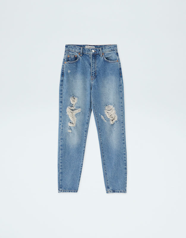 Pantalón jeans mom fit rotos, de Pull and Bear (25,99 euros).