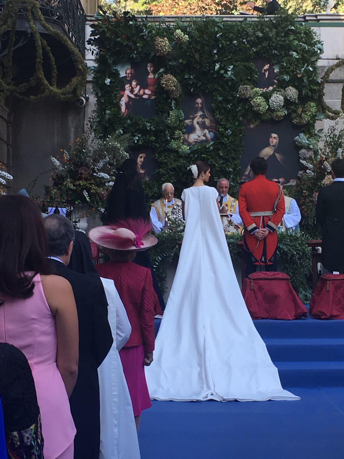 Los novios a pie del altar durante la ceremonia religiosa, en el patio...