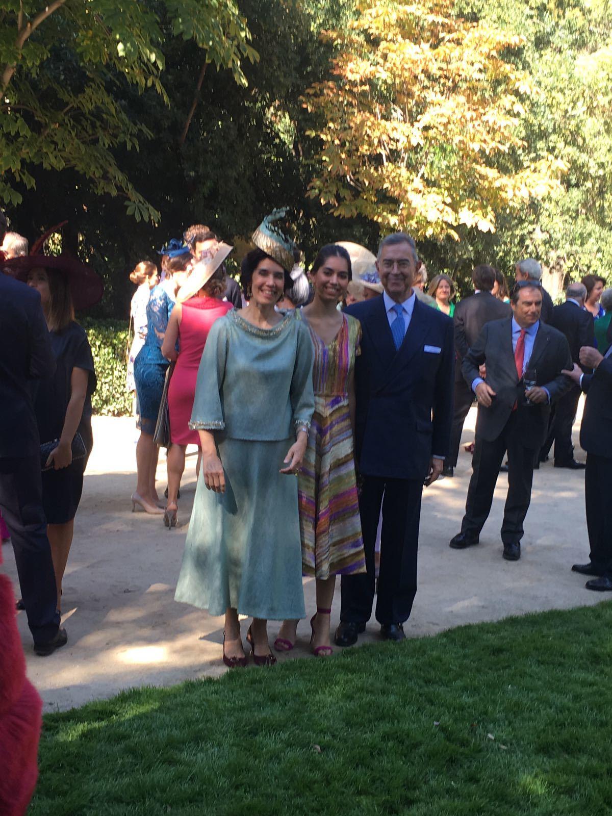 La diseñadora del vestido, y tía de la novia, Teresa Palazuelo, con...