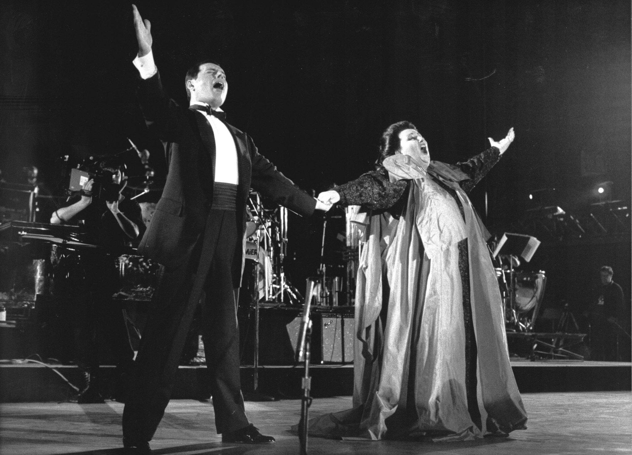 Freddie Mercury, vocalista de Queen, junto a Montserrat Caballé....
