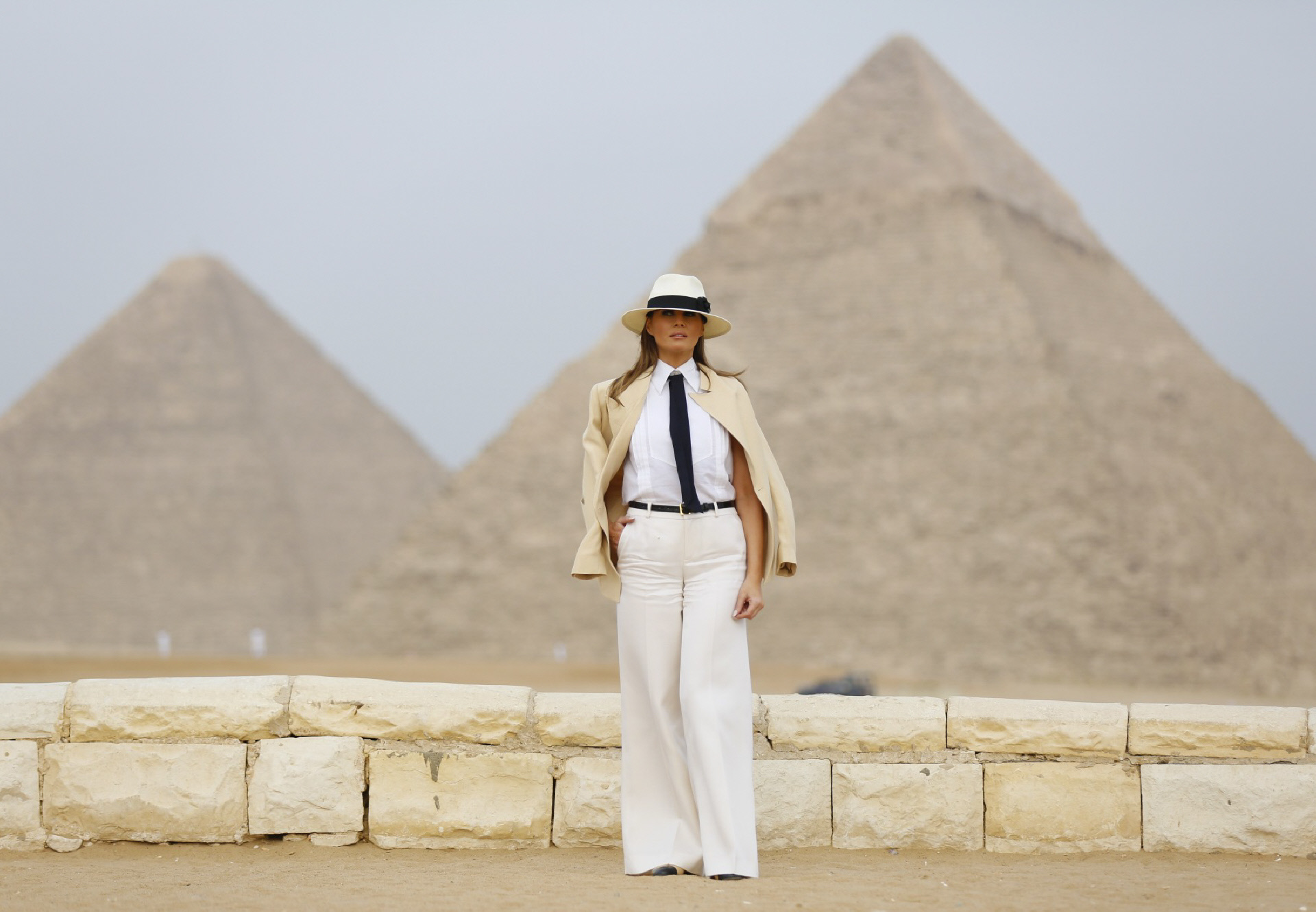 Melania Trump junto a las pirámides de Egipto.