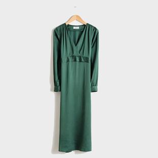 "Vestido verde ""midi"", de &Other Stories (79 euros)."