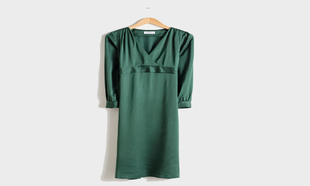 "Vestido verde ""midi"", de &Other Stories (79 euros)."