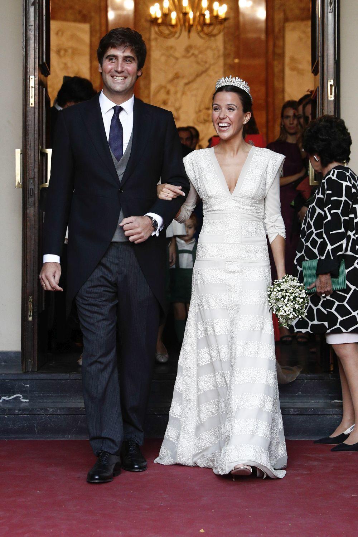 El matrimonio recién casado a la salida de la Iglesia