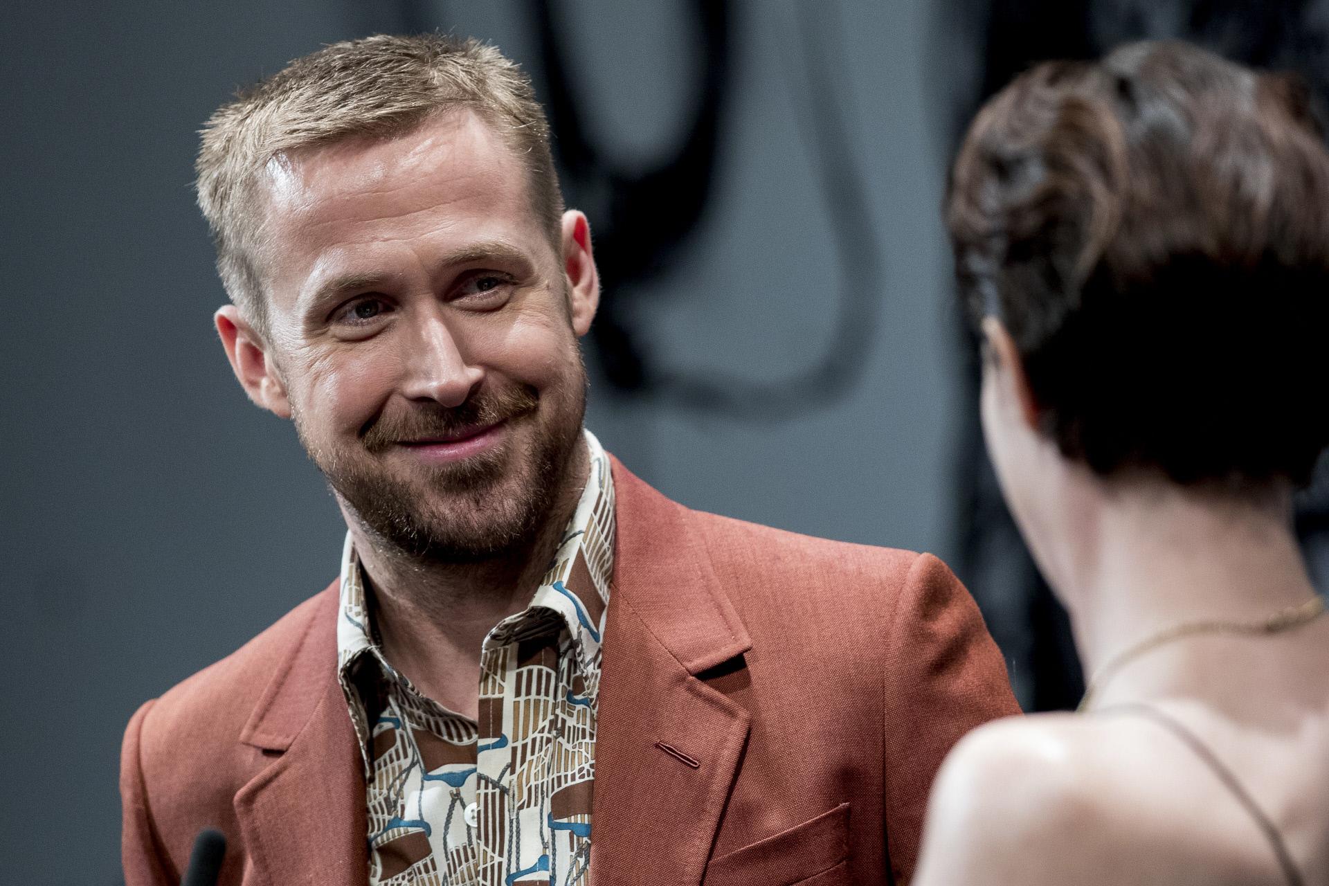 Ryan Gosling con Claire Foy en la premiere de First Man durante el...