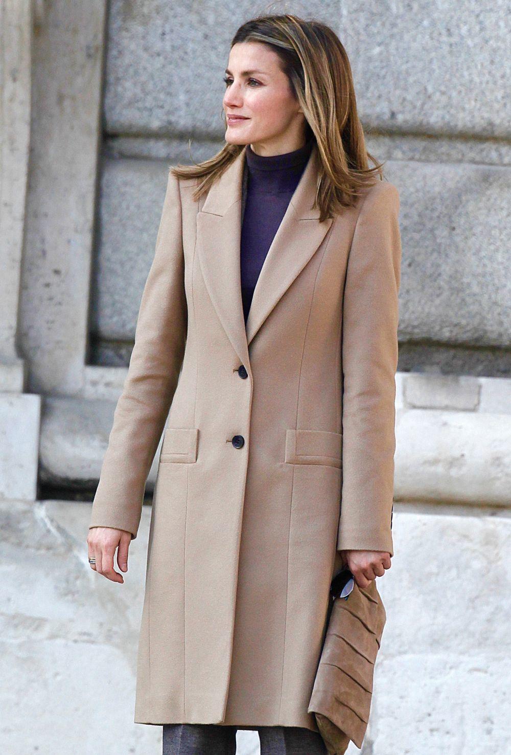 Doña Letizia, en 2011, con el mismo abrigo de Felipe Varela que ha...