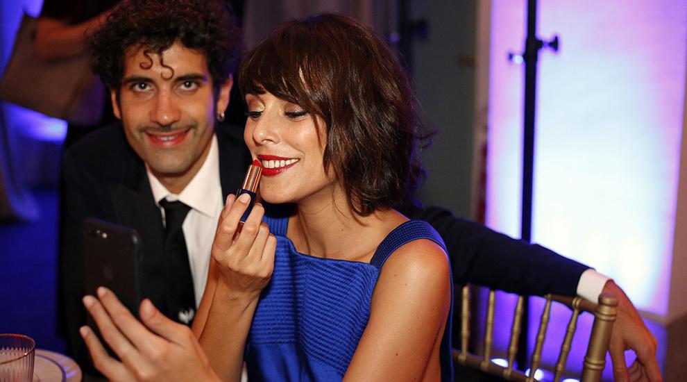 Belén Cuesta, junto a Tamar Novas, retocándose sus labios rojos con...