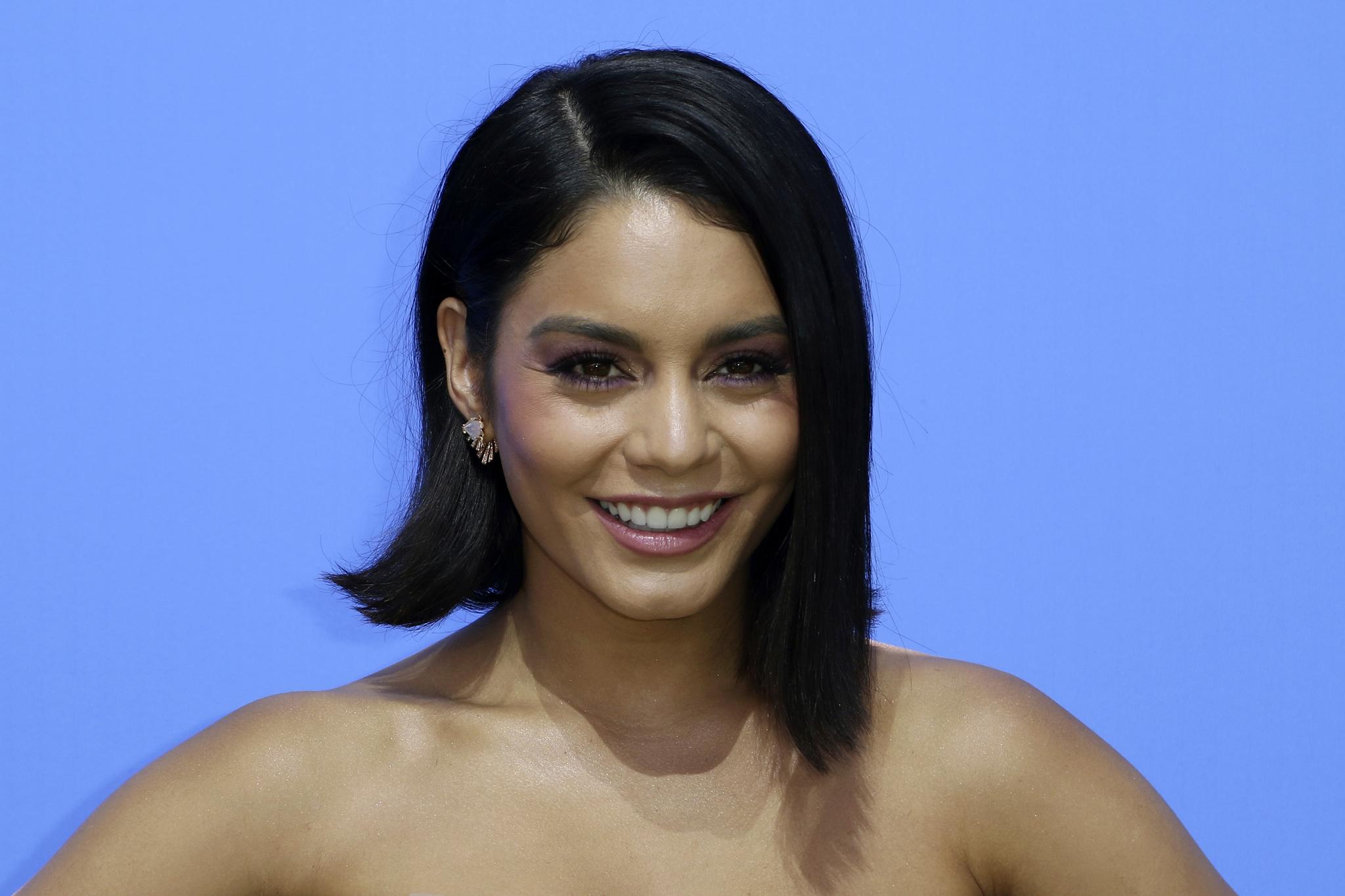 Vanessa luciendo pelo liso y raya al lado