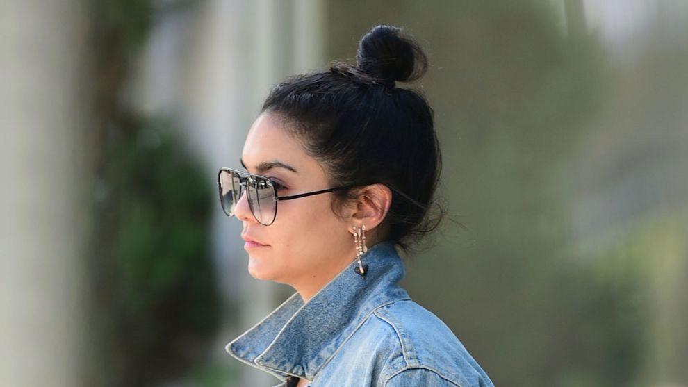 Vanessa Hudgens con un look street style y moño alto