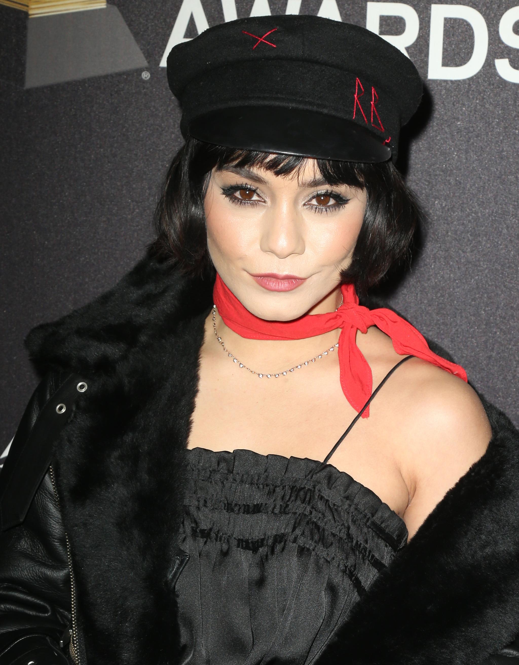 Vanessa Hudgens con flequillo y gorra marinera