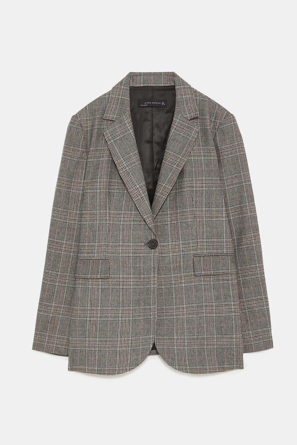 Blazer largo a cuadros, de Zara (69,95 euros).
