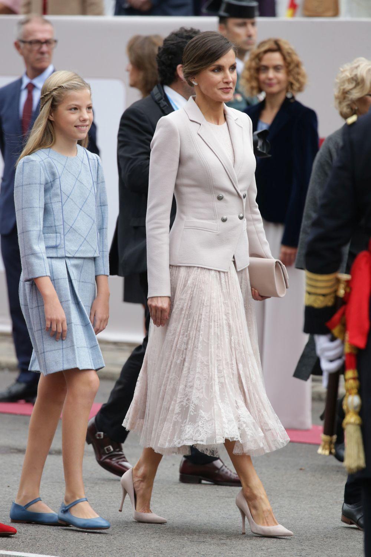 La reina Letizia muy elegante.