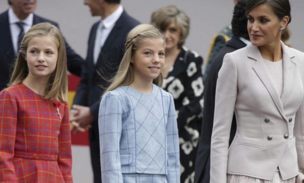 La reina Letizia con sus hijas.