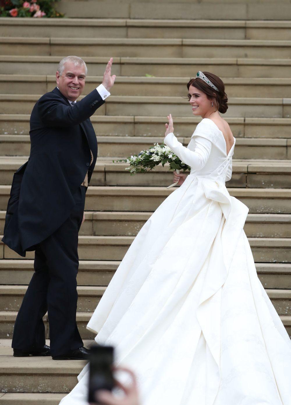 La novia llegando a la capilla con su padre, el Duque de York.