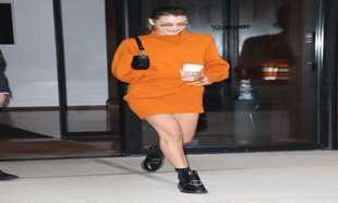 Bella Hadid a la salida de la casa de su hermana Gigi.