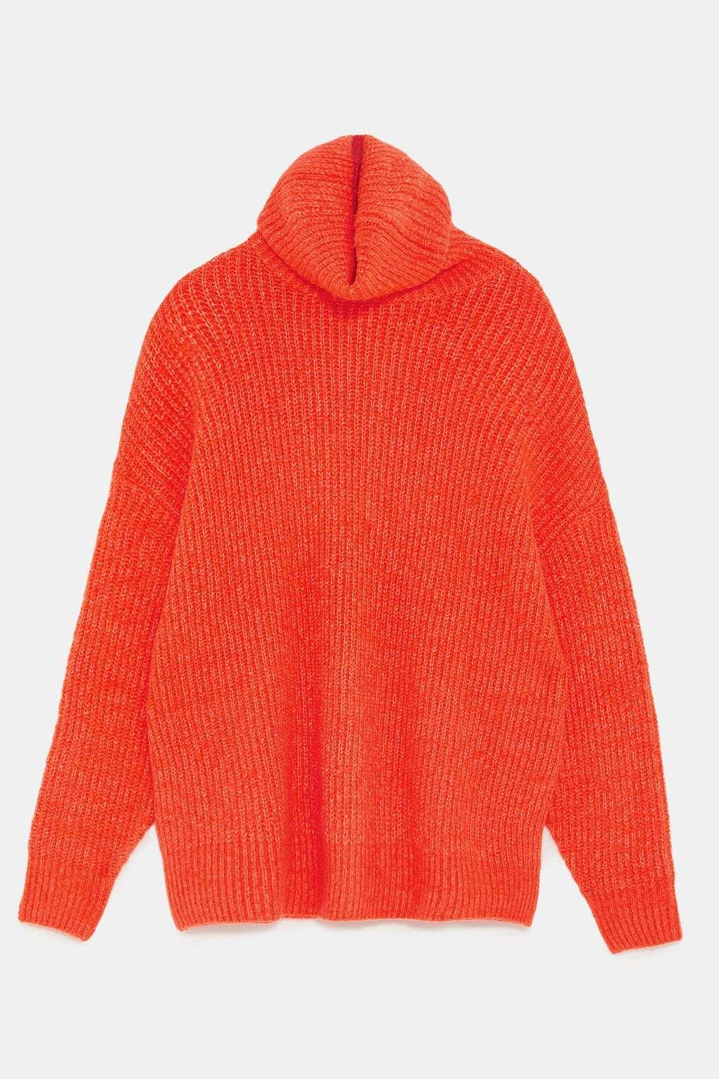 Maxi jersey en naranja flúor de Zara. (29,99 euros)