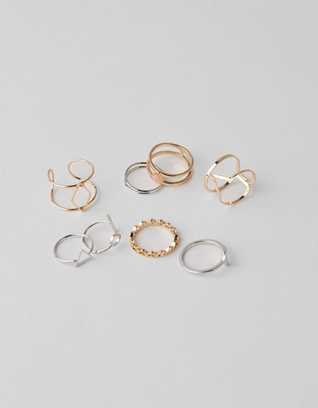 Pack de anillos en tonos dorados y plateados de Bershka. (Precio 7,99...