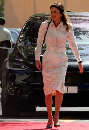 Rania de Jordania con un look de rayas.