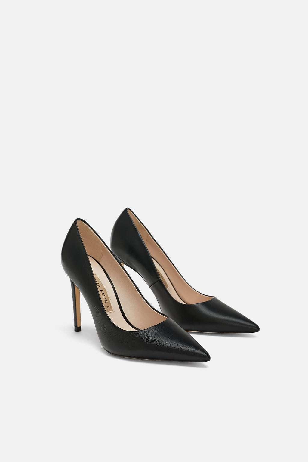 Zapato salón negro.