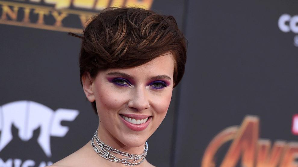 Scarlett Johanson se atreve con la sombra de ojos morada.